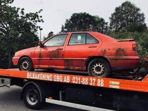 Skrotningsavgift existerar inte idag. Vi kan hjälpa dig med hämtning av bil för skrotning gratis.