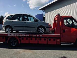 Ring så skrotar vi din bil. Vi tar hand om skrotbilar och ombesörjer hämtning av bilen hemma hos er gratis. Ser till att bilen skrotas hos en auktoriserad bilskrot gratis.