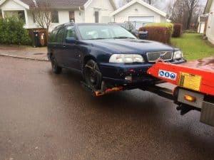 Skrota bilen gratis. En producent skall utan betalning ta emot bilen och skrota den. Producenter som fört in eller tillverkat bilen i Sverige är skyldiga att ta emot uttjänta bilar.