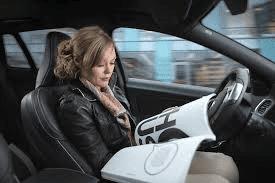 En självkörande bil är inte längre ett önsketänkande. Många biltillverkare är i startgroparna.Även om det kommer att dröja länge innan den lanseras för allmänheten i trafik har vissapraktiska prover utförts