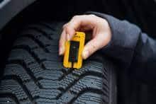 Däck regler.Enligt Transportstyrelsens däckkrav indelas efter fordon och årstider. Vid vinterväglag mellan 1 dec. till 31 mars skall fordonen utrustas med vinterdäck.