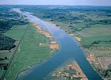 Göta älvs historia. Älven som lämnar Trollhättan räknas med avseende på vattenföring som landets största vattendrag. Med Klarälvens tillflöde i Vänern ingår älven i landets längsta vattendrag.