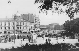 Göteborg namn ursprung. Ostindiska Huset byggs och är nästan färdigt då danskarna belägrar staden 1788. De intar Uddevalla och Vänersborg men lämnar Göteborg orörd efter engelsk medling.