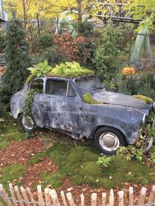 Liseberg, Göteborgs stora turistattraktion. Här har man skapad en liten bilkyrkogård mitt i Liseberg.