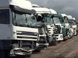 Skrota lastbil eller buss. Skrotningen av ett tungt fordon skiljer sig i viss mån från skrotning av en personbil genom en bilskrot.