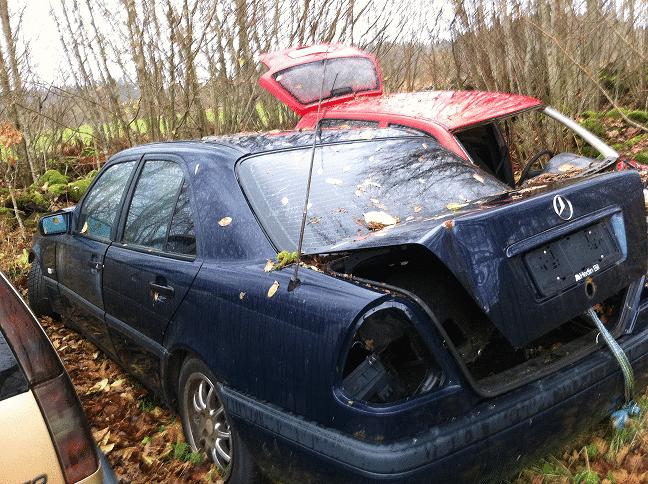 Lämna skrotbilen till Glasrikets Bildemontering AB  innan den blir ett miljöproblem. Enligt miljöbalken är det bilägarens ansvar att se till att ett uttjänt fordon hamnar hos en auktoriserad bilskrot.
